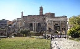 游人参观意大利通过Fori Imperiali在罗马 免版税库存图片