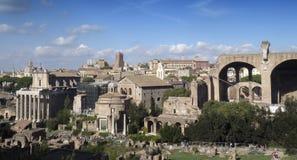 游人参观意大利通过Fori Imperiali在罗马 库存图片