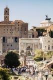 游人参观意大利通过Fori Imperiali在罗马 免版税图库摄影