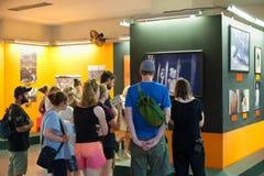 游人参观战争残余博物馆在西贡,越南 库存照片