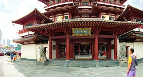 游人参观新加坡菩萨牙遗物寺庙 图库摄影
