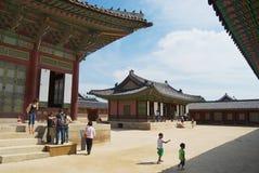 游人参观景福宫宫殿在汉城,韩国 库存照片