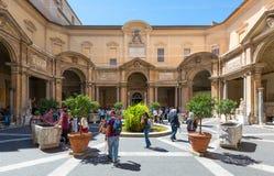 游人参观梵蒂冈博物馆 免版税库存图片