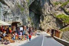 游人参观比卡兹峡谷 峡谷是其中一条最壮观的路在罗马尼亚 库存照片