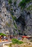 游人参观比卡兹峡谷 峡谷是其中一条最壮观的路在罗马尼亚 免版税库存图片