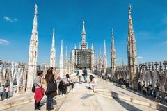 游人参观米兰大教堂屋顶  免版税库存照片