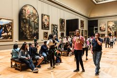 游人参观罗浮宫Musee du Louvre 巴黎,法郎 库存照片