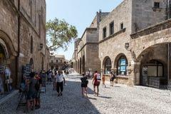 游人参观老罗得岛镇街道在罗得岛海岛,希腊上的 图库摄影