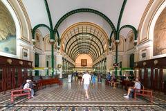 游人参观西贡中央邮局内部  免版税库存照片
