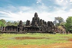 游人参观Bayon寺庙 免版税库存图片