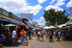 游人参观Chatuchak周末购物市场在曼谷 免版税图库摄影