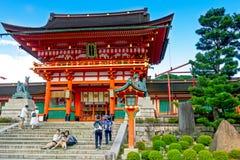 游人参观Fushimi Inari寺庙在京都,日本 免版税库存照片