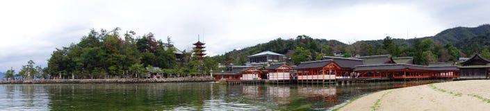 游人参观Itsukushima寺庙在宫岛,日本 免版税库存照片
