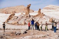 游人参观Las tres Marias在瓦尔de la月/月球的三个Marys形成岩石在圣佩德罗火山de阿塔卡马,智利 免版税图库摄影