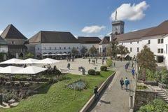 游人参观Ljubliana城堡在斯洛文尼亚 免版税库存图片