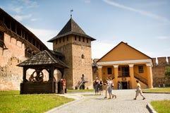 游人参观Lubart ` s城堡 免版税库存图片