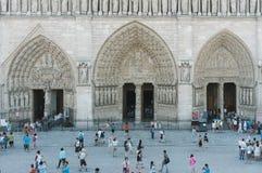 游人参观Notre Dame大教堂 库存图片