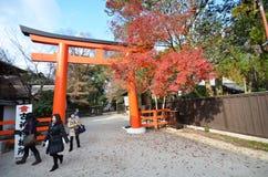 游人参观Shimogamo寺庙橙色拱道在京都,日本 免版税库存图片