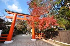游人参观Shimogamo寺庙橙色拱道在京都,日本 免版税图库摄影