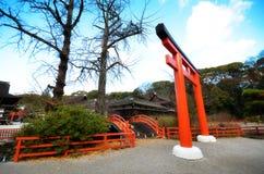 游人参观Shimogamo寺庙橙色拱道在京都,日本 库存照片