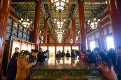 游人参观Tienanmen霍尔 免版税图库摄影