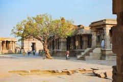 游人参观Vitthala寺庙在亨比,印度 图库摄影