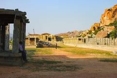 游人参观Vitthala寺庙在亨比,印度 免版税库存图片