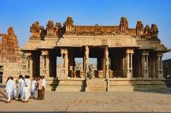 游人参观Vitthala寺庙在亨比,印度 库存照片