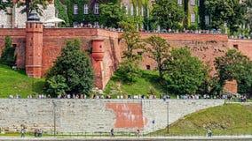 游人参观Wawel小山 免版税图库摄影