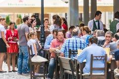 游人吃午餐在室外餐馆 免版税库存照片
