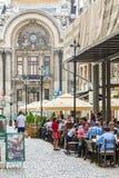 游人吃午餐在室外餐馆 免版税库存图片