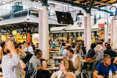 游人吃午餐在里斯本梅尔卡多de园地de Ourique市场餐馆在里斯本 库存图片