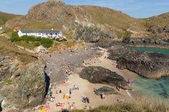 游人和假日游客在夏天阳光下在Kynance小海湾使蜥蜴康沃尔郡英国英国靠岸 库存图片
