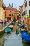游人和划船者在一个雨天在威尼斯 库存照片