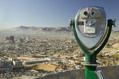 游人和地平线全景的长距离看往华雷斯,墨西哥的埃尔帕索得克萨斯双筒望远镜和街市 图库摄影