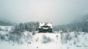 游人和山瑞士山中的牧人小屋鸟瞰图由Morskie Oko或海Eye湖 库存图片