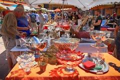 游人和当地人民买老物品在著名古色古香的市场上 免版税图库摄影