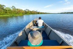 游人和指南在小船 免版税库存图片