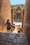 游人和旅客Wat亚伊柴Mongkol寺庙的 免版税库存图片