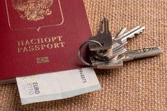 游人和旅行包裹-俄国护照、欧元、地图、房子钥匙和汽车 图库摄影