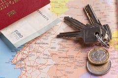 游人和旅行包裹-俄国护照、欧元、地图、房子钥匙和汽车 库存照片