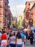游人和本机五颜六色的小的意大利的在纽约 免版税库存照片