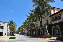 游人和本机享用相当在棕榈滩的大道价值 图库摄影
