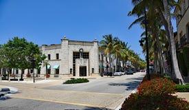 游人和本机享用相当在棕榈滩的大道价值 免版税图库摄影