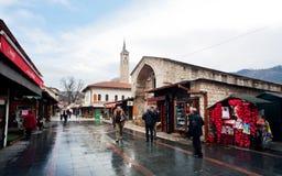 游人和本机步行在老城市 库存照片