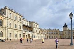 游人和正门对Gatchina宫殿sp的 库存图片