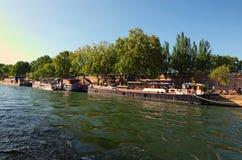 游人和浮动餐馆的巨大数目老驳船的,码头小餐馆晴天 从游船的看法 法国巴黎 免版税图库摄影