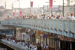 游人和渔夫加拉塔桥梁的 免版税库存照片
