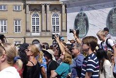 游人和皇家卫兵变动 免版税图库摄影