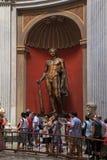 游人和赫拉克勒斯雕塑在梵蒂冈博物馆,罗马,意大利 免版税图库摄影